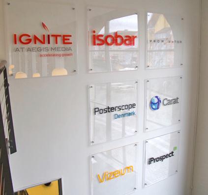 glasskilte med folie logo motiv tekst aegis media christianshavn københavn skilt skiltefabrikken