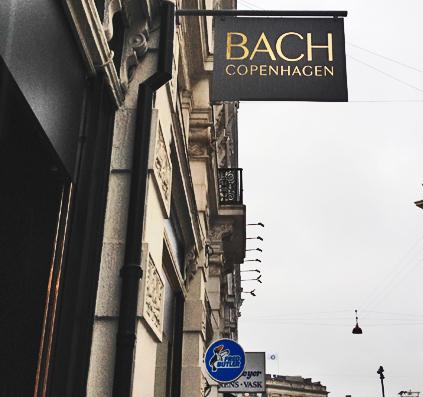 Galge / udhængsskilt til BACH Copenhagen sort med guld folie bogstaver skilt skiltefabrikken