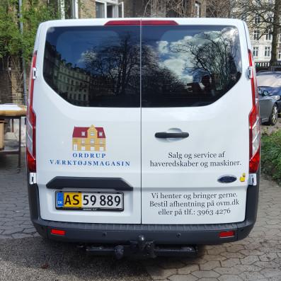 Print og tekstdekoration på varebil.