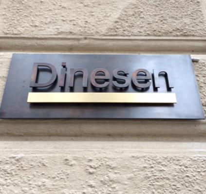 dinesen skilt i massinv bruneret messing med LED lys i striben udført og opsat Skiltefabrikken københavn østerbro lille triangel