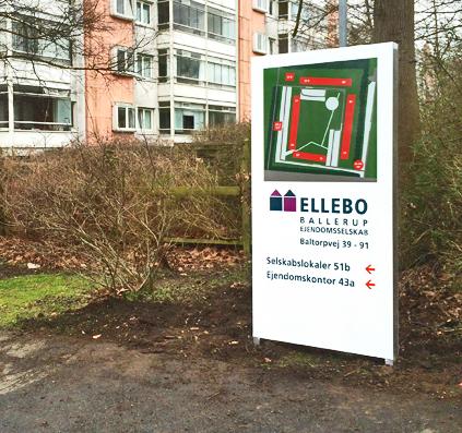 Ellebo på Baltorpvej har fået en pylon som skaber oversigt og giver information om området. Pylonen er opsat af Skiltefabrikken.com som bor på Østerbro, Lille Triangel i København