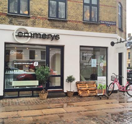 ny facade til Emmerys lavet af skiltefabrikken folie på vinduer led lys logo galge skilt galgearm med logo