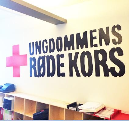 folie logo ungdommens rødekors i rød og sort folie monteret på væg af skiltefabrikken østerbro københavn