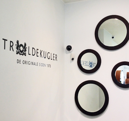 folie logo og tekst monteret på væg hos troldekugler i københavn skilt af skiltefabrikken