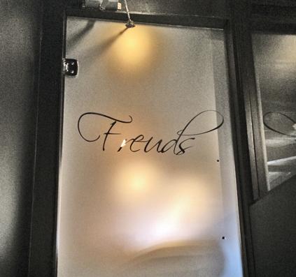 freuds glasskilt med sandblæst folie logo tekst