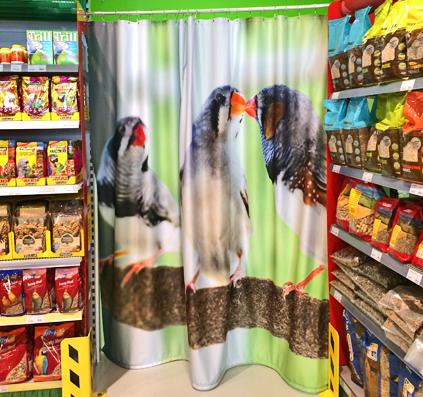 gardin forhæng til afskærmning med eget print her er det fugle lavet og monteret for maxizoo af skitefabrikken østerbro københavn