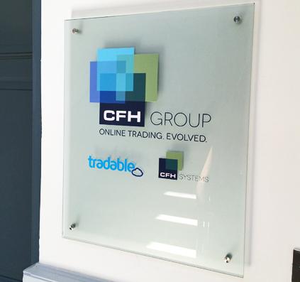glasskilt med logo i udskåret folie cfh group treadable opsat og monteret med consystec af skiltefabrikken københavn østerbro