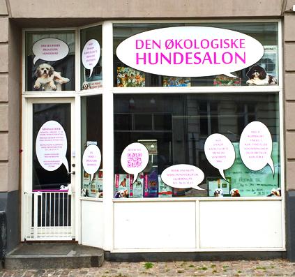 Udskåret folie print med hunde og tale bobler monteret hos den økologiske hundesalon på sølvtorvet i København af Skiltefabrikken