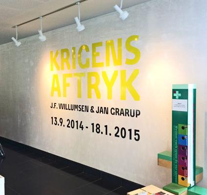 Krigens Aftryk af JF Willumsen & Jan Grarup på Willumsen Museet i Frederikssund. Udskårne folietekster monteret på væg af skiltefabrikken østerbro københavn