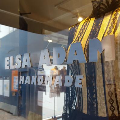 Laserskårede bogstaver i aluminium opsat direkte på butiksrude. Laserskårede bogstaver i aluminium opsat direkte på butiksrude hos Elsa Adam.