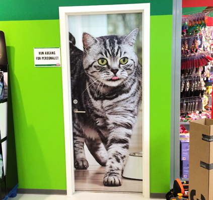 Dør dekoreret med folie motiv missekat stor kat på dør print laminat monteret af skiltefabrikken østerbro københavn