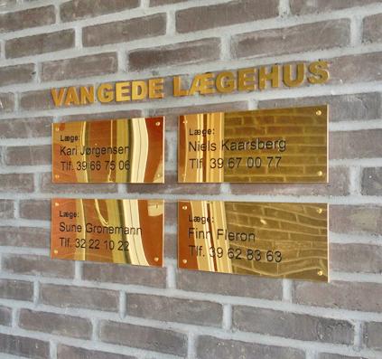 messing skilt skilte bogstaver graveret vangede lægehus skiltefabrikken københavn