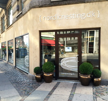 nordicnesting facade med facadebogstaver og folie på vinduer produceret og monteret af skiltefabrikken østerbro københavn i studiestræde