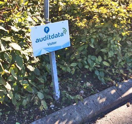 parkeringsskilt til auditdata gæster og visitor skilteplade med print på spyd. produceret og opsat af skiltefabrikken københavn østerbro lille triangel