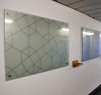 glas skilt med motiv i sandblæst folie og sort folie motiv monteret på væg ryssensten gymnasium skilt skiltefabrikken københavn