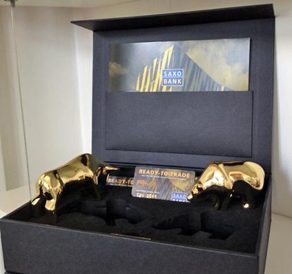 Guld tyr og guld bjørn til Saxobank støbt motiv af skiltefabrikken københavn bear gold