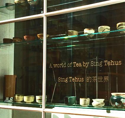 udskåret tekst i guld folie monteret på vindue hos Sing tehus opsat af skiltefabrikken københavn østerbro