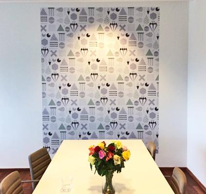 Tapet med print monteret på væg af skiltefabrikken østerbro københavn